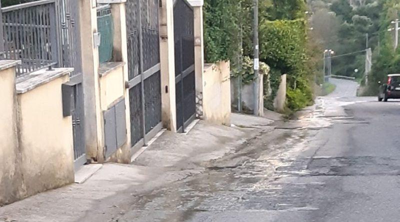 """SAN POLO – In via di Santa Balbina scorre """"un fiume"""" d'acqua da più di un mese"""