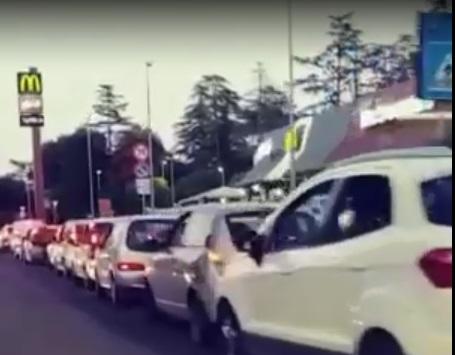 GUIDONIA - tutti al Mc Donalds per la Fase 2, la fila è da record (VIDEO)