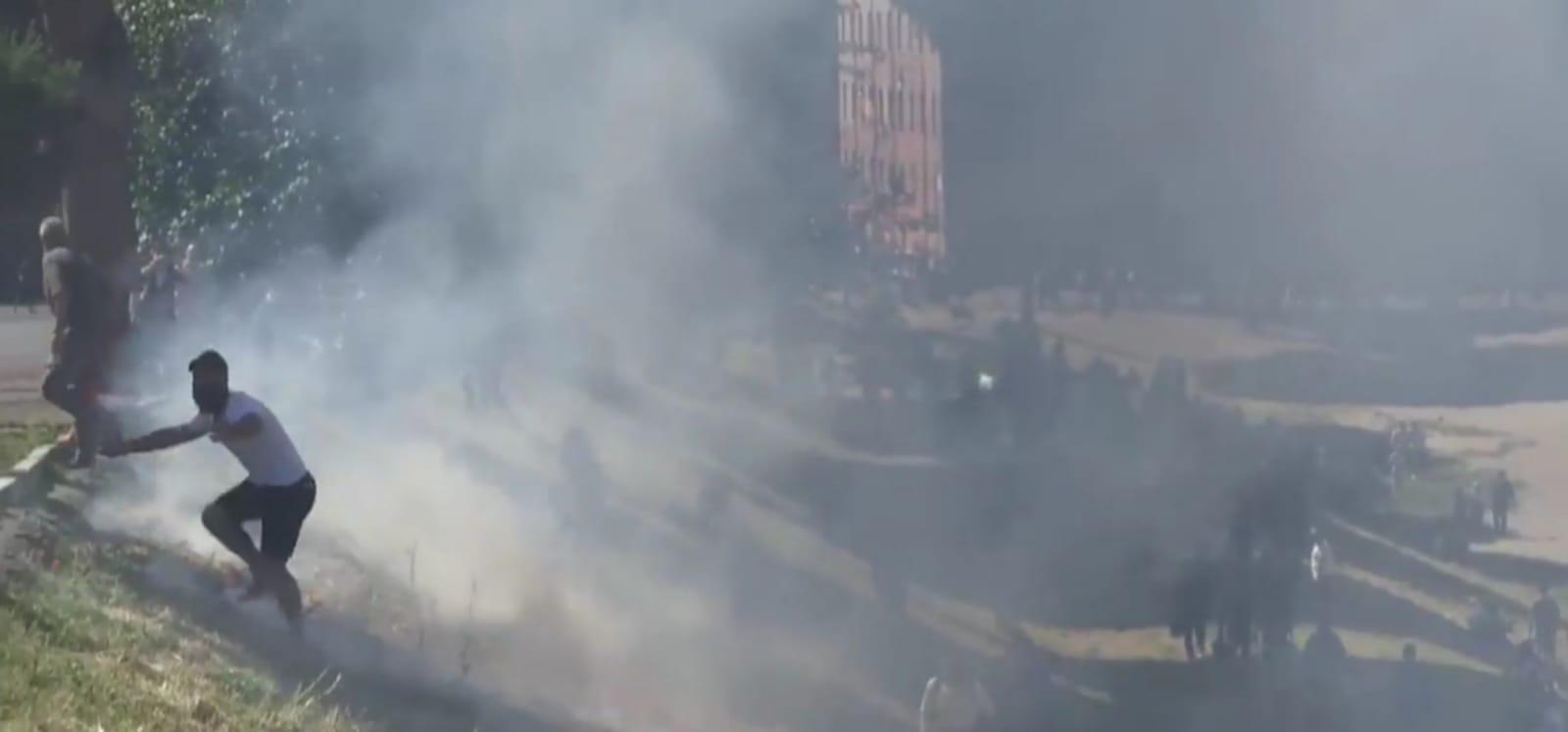 Manifestazione Ultras a Roma, il Circo Massimo prende fuoco. Feriti dei giornalisti